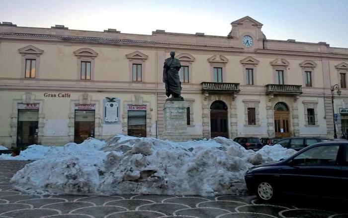 Bimillenario morte Ovidio, presidente sosta davanti statua