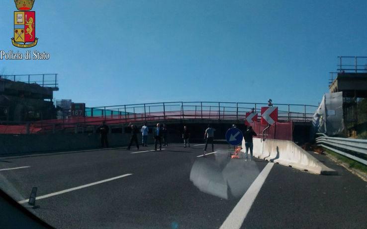 Ancona: crolla cavalcavia sulla A14, due morti e due feriti