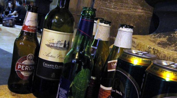 Movida serale, da luglio stop alle bottiglie di vetro