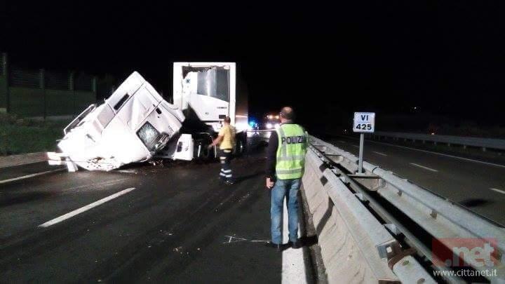 Dramma in autostrada: il tir si ribalta sulla carreggiata, muore il camionista
