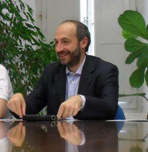 Immagine: Paolo Calcinaro al tavolo di lavoro (Il Martino - ilmartino.it -)