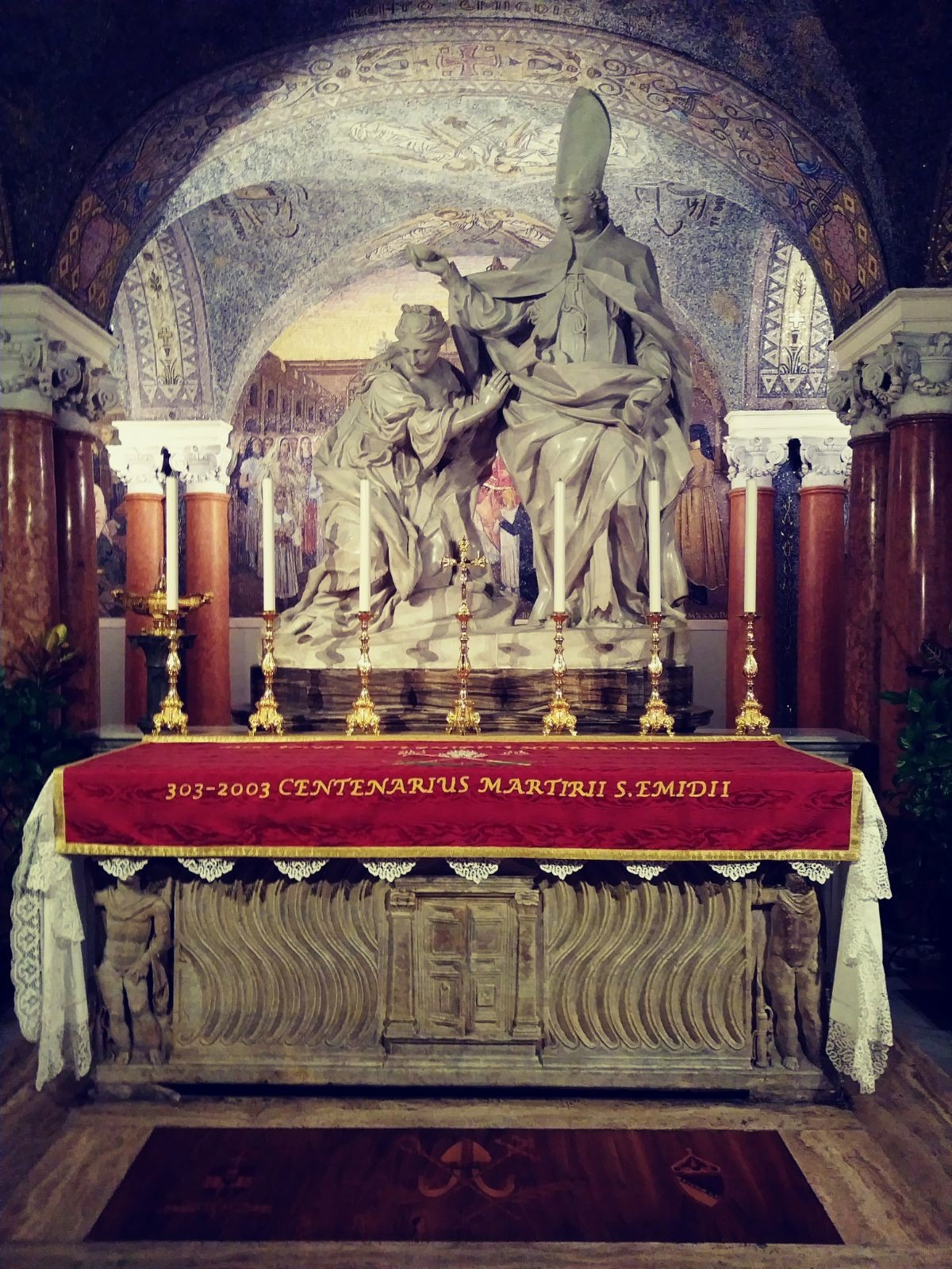 Foto di Valentina Fagnani. Ascoli Piceno, cripta: tomba di Sant'Emidio (Il Martino - ilmartino.it -) M'Art - Arte e Cultura -