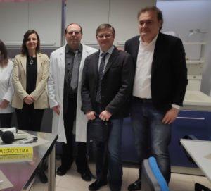 I tre consiglieri regionali M5S (Pergolesi, Fabbri, Giorgini) assieme all'insegnante (Il Martino - ilmartino.it -)