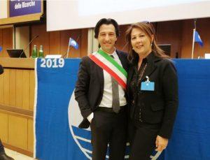 Enrico Piergallini e Alessandra Biocca, bandiera blu 2019 (Il Martino - ilmartino.it -)