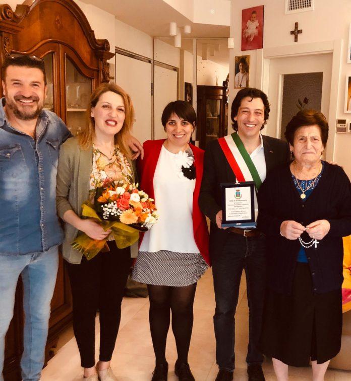 Grottammare, Nivella 100 anni. In foto oltre i familiari, Enrico Piergallini e Monica Pomili (Il Martino - ilmartino.it -)