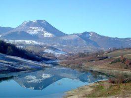 Il monte San Vicino situato lungo la linea di confine tra le province di Ancona e Macerata (Il Martino - ilmartino.it -) Foto: incasadarte.it