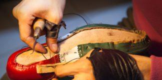 Lavorazione scarpe in pelle (Il Martino - ilmartino.it -).