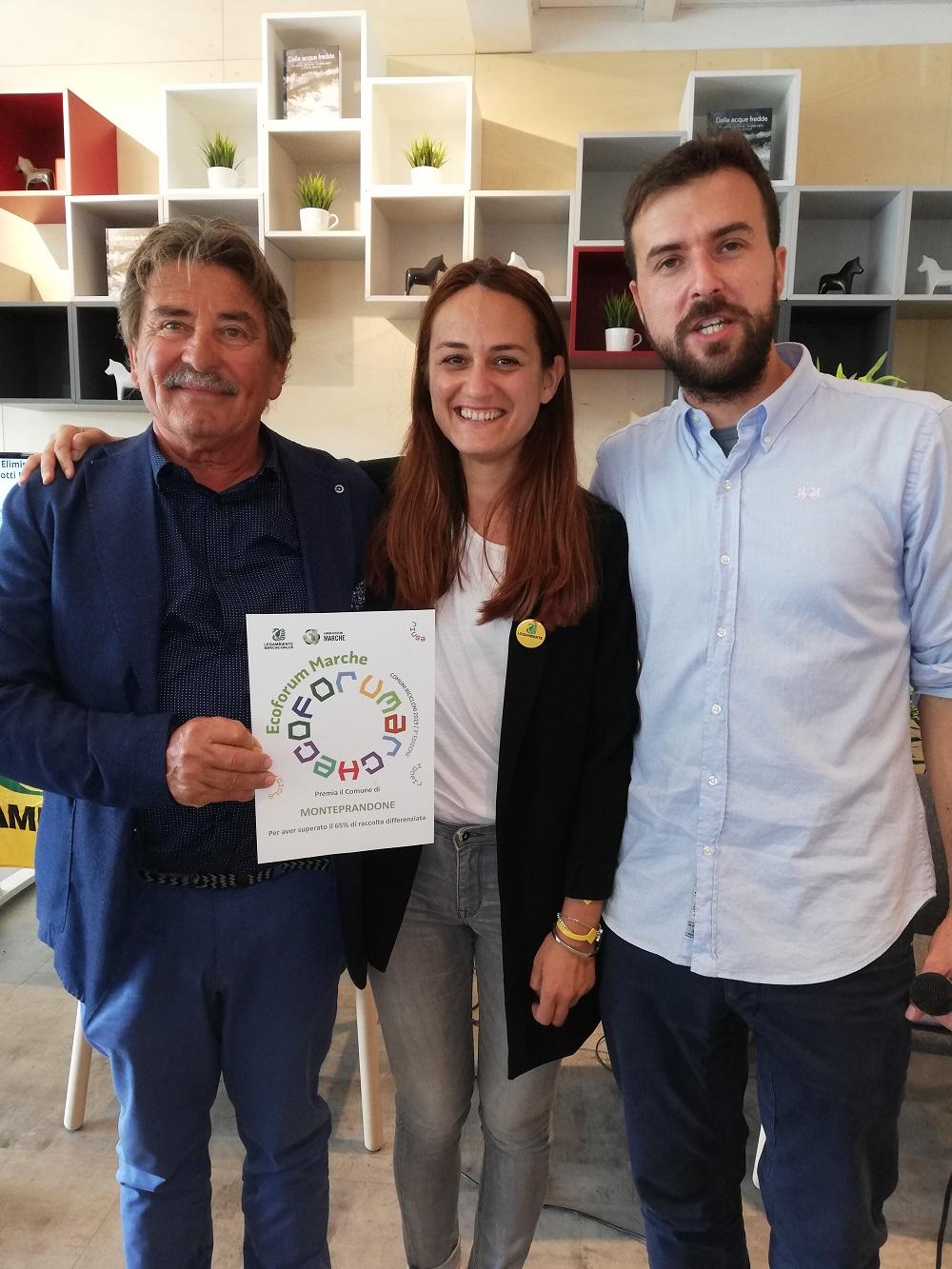 Fernando Gabirelli riceve il premio dalla presidente di Legambiente Marche Francesca Pulcini